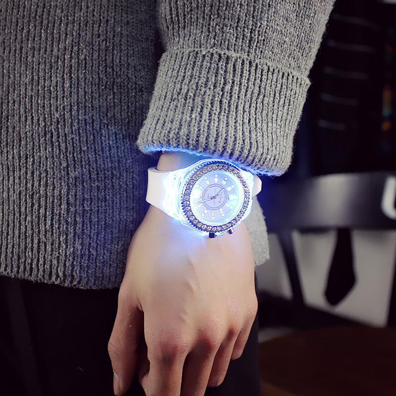 Đồng hồ thạch anh phát sáng
